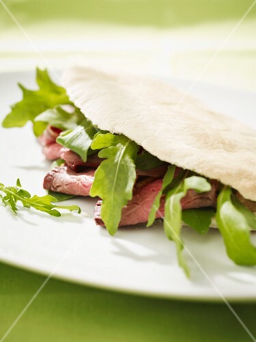 Stuffed pita bread with rocket and roast beef
