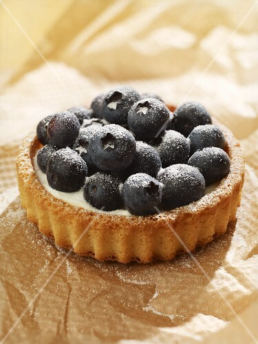 Individual blueberry tarts with crème fraîche filling