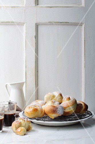Brioche with icing sugar, served with coffee