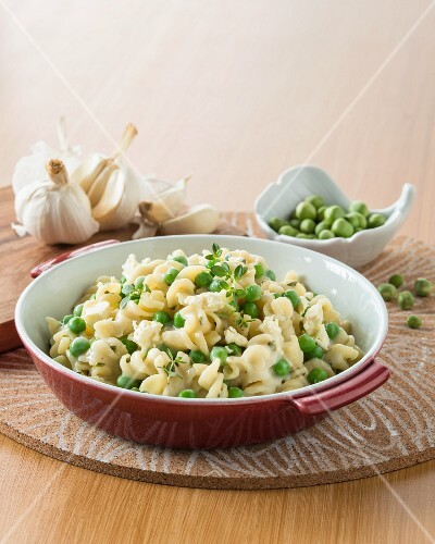 Fusilli with peas and goat's cheese