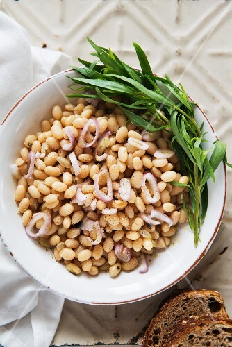 Bean salad with white beans and onions (view from above)