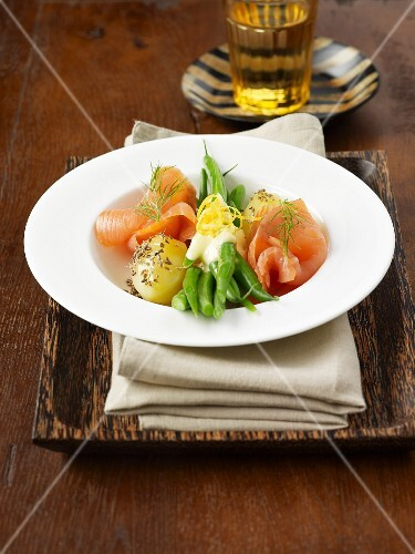 Smoked salmon with green beans and boiled potatoes