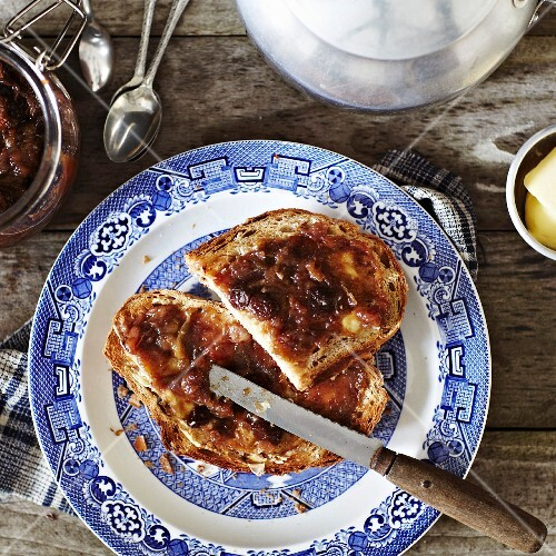 Bread with rhubarb, date and raisin jam