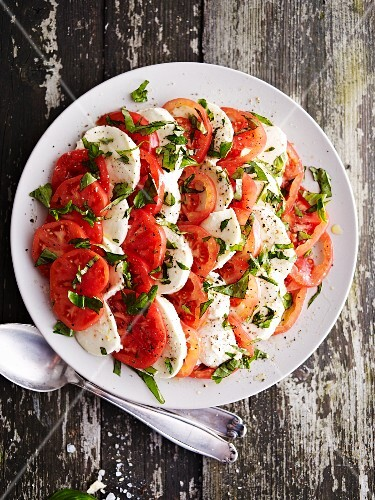Tomatoes with mozzarella and basil (seen from above)