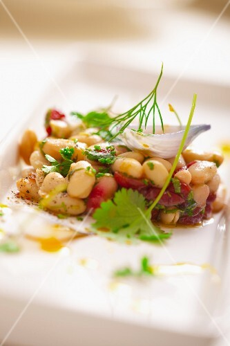 Bean salad with onions, parsley, fennel and cherry tomatoes