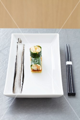 Spinach maki with crab