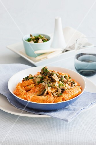 Pasta tubes with red pepper pesto and mushrooms