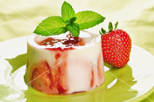 Panna cotta with strawberries and mint