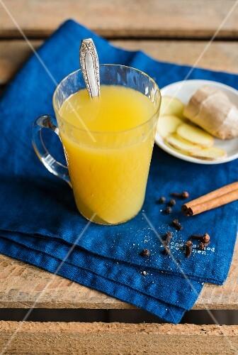 Ananas-Ingwer-Punsch mit Gewürzen in Glastasse