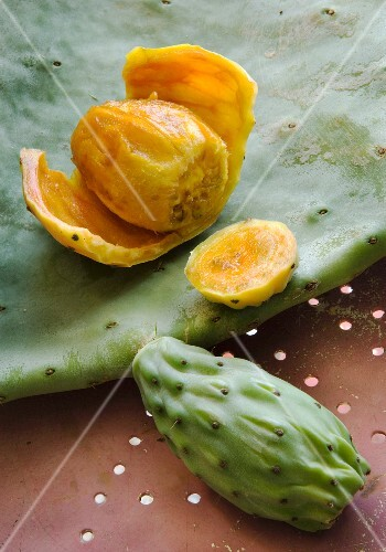 Prickly pears, whole and peeled