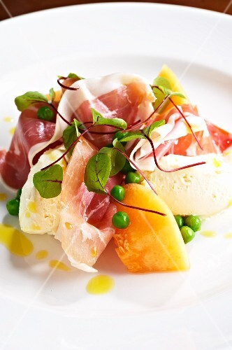 Melon with smoked ham and peas