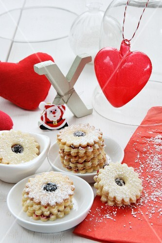 Jam-filled ring biscuits, Xmas, a fabric heart, a glass heart and Father Christmas