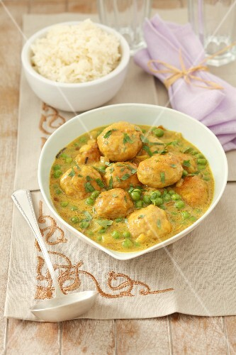 Turkey meatballs with peas in curry sauce