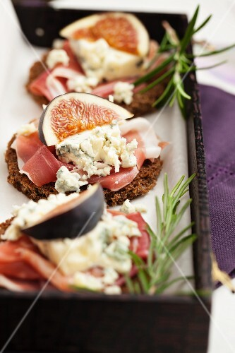 Pumpernickel with prosciutto, blue cheese and figs
