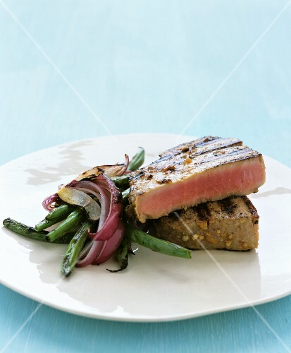 Tuna steak with green beans and red onions