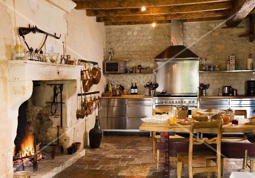 Rustikale landhausküchen  Rustikale Landhausküche mit Edelstahl-Küchenzeile, Esstisch aus Holz ...