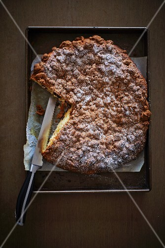 Yeast-raised cake with crumble topping