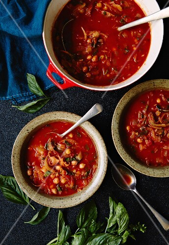 Tomato soup with chickpeas, onions and basil