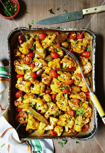 Baked cauliflower with turmeric, cherry tomatoes and shallots