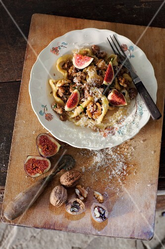 Pasta with figs and walnuts