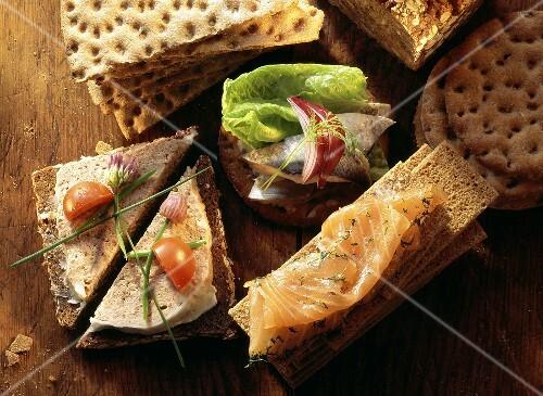 Smorrebrod & co. crispbread with smoked salmon etc