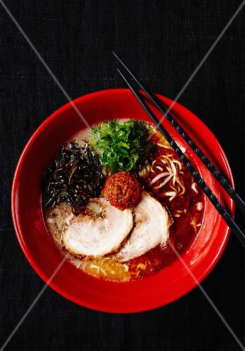 Pork with ramen noodles and vegetables (Japan)