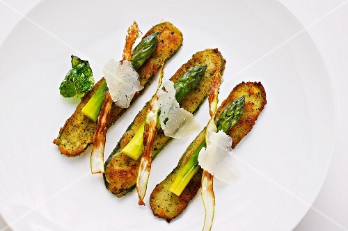 Breaded courgette slices with green asparagus