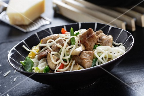 Fried noodles with pork and peppers (Asia)