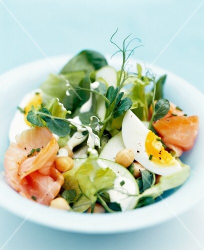 Vegetable salad with chickpeas, salmon and egg