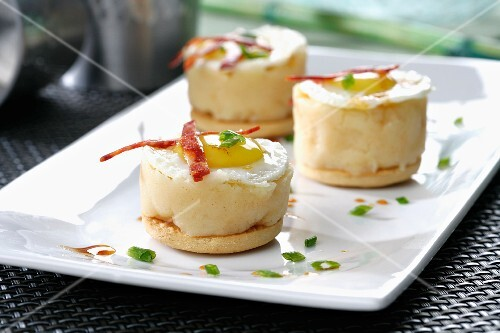 Mashed potato tartlets with quail's eggs and chorizo strips