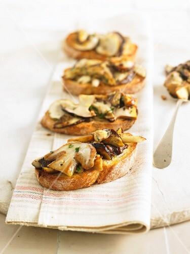 Crostini with porcini mushrooms