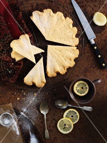 Lemon shortbread, cut into chunks (United Kingdom)