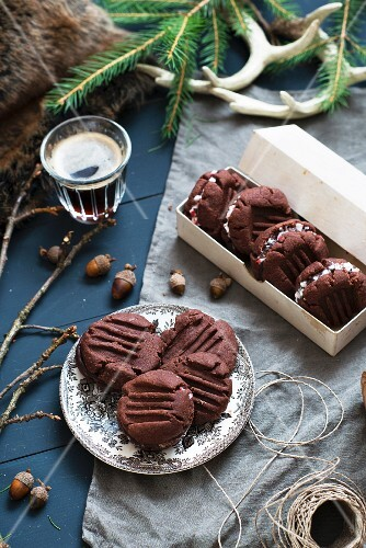 Filled chocolate biscuits
