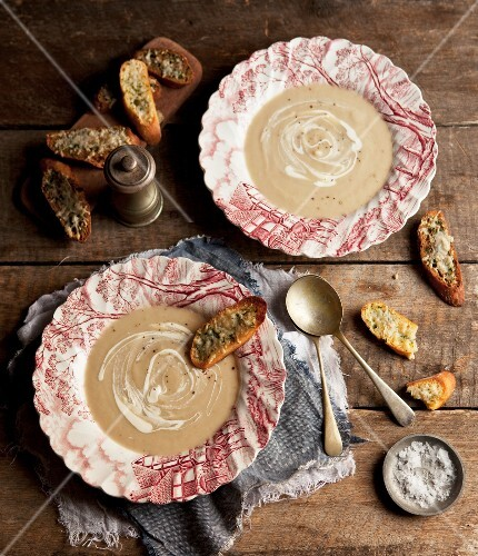 Cauliflower soup with toasted bread