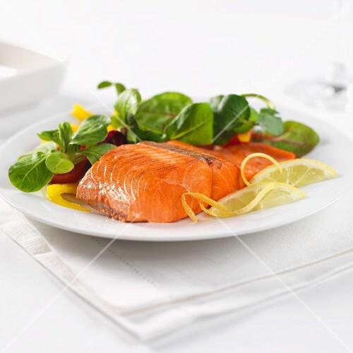 sockeye salmon with lemon and baby leaf salad