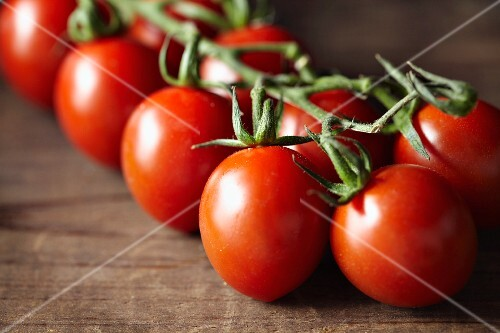 Vine tomatoes (close-up)