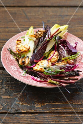 Beetroot salad with red endive, chicory and walnuts