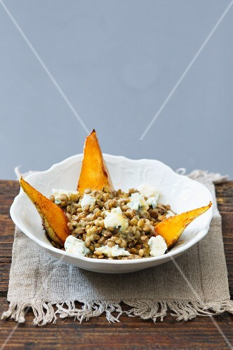 Lentil salad with fried pears and Gorgonzola