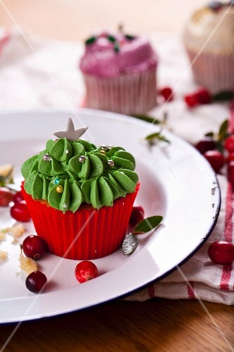 Christmas cupcakes with cranberries