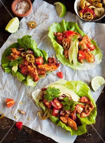 Salat-Wraps mit Hähnchenchili und Avocado