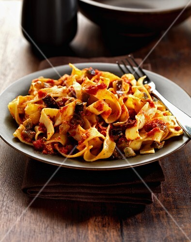 Fettuccine with aubergines and tomatoes