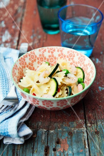 Farfalle mit Zucchini, Erbsen und Chili