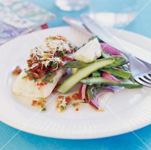 Gratiniertes Fischfilet mit Spargel und roten Zwiebeln