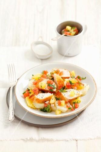 Kartoffelsalat mit Hähnchenbrust und Tomatensalsa