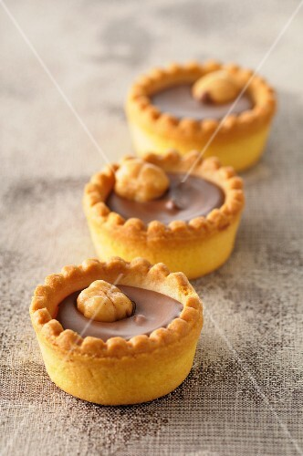 Chocolate tartlets with nuts