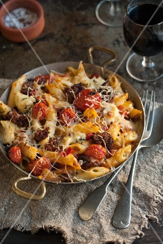 Macaroni cheese with tomatoes and sausages