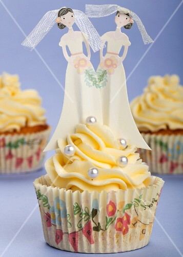 Wedding cupcakes with buttercream, silver balls and bride figures