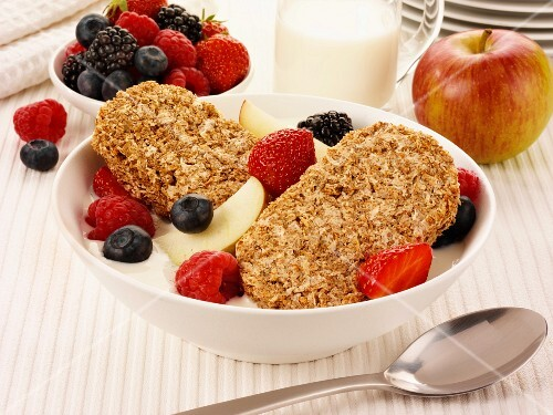 Muesli biscuits with yoghurt, berries and apple