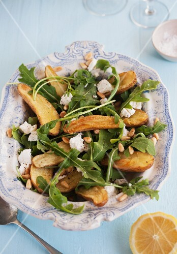 Rocket salad with roast potatoes and goat's cheese