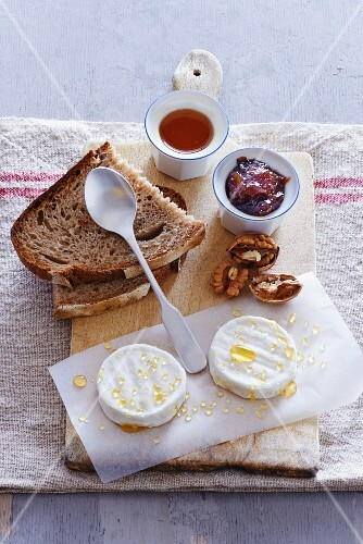 Goat's cheese with honey, figs, walnuts and bread